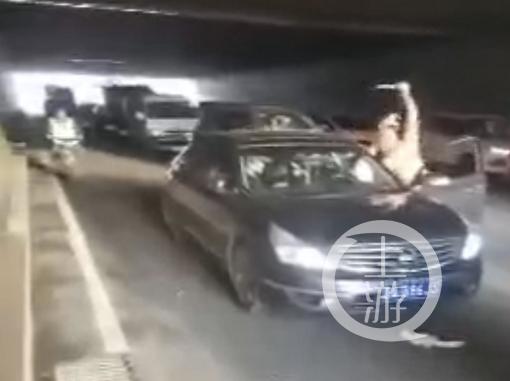 因行车加塞起冲突 男子持刀杀人被刑拘