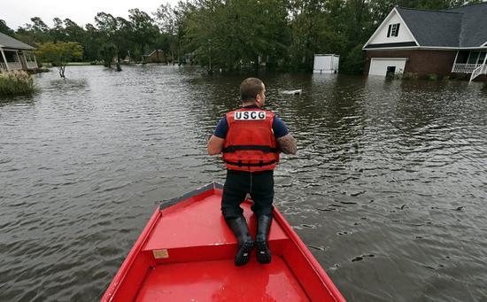 救援人员展开救援行动(图源:美联社)