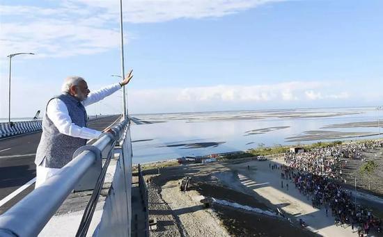 ▲印度总理莫迪在桥上向民多挥手暗示。(法新社)