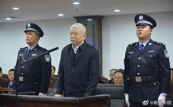 魏传忠(中)受审 图源:郴州中院微博