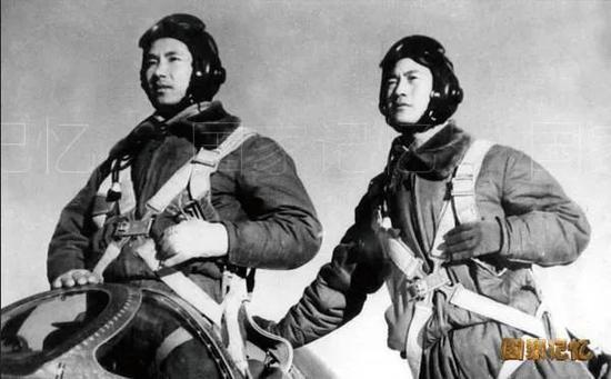 王海(左)和他的僚机飞行员焦景文