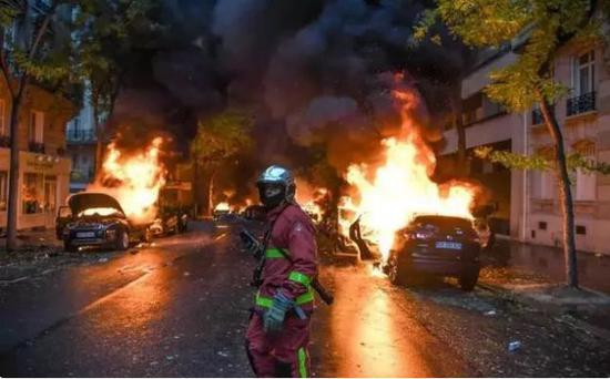 12月1日当天巴黎暴乱之后的现场画面