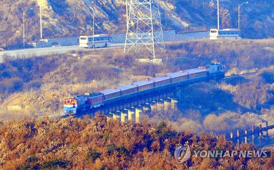 驶向朝鲜板门站的韩方列车(韩联社)