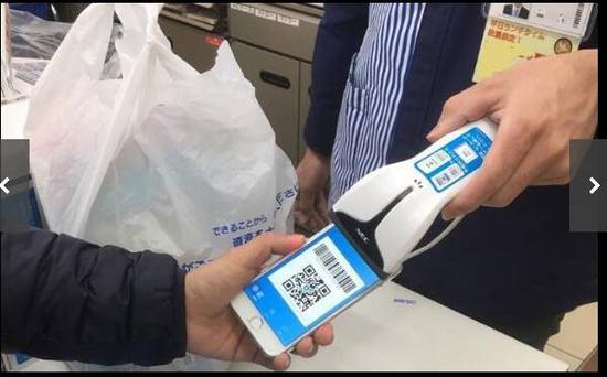 中国游客使用支付宝在日本便利店购物