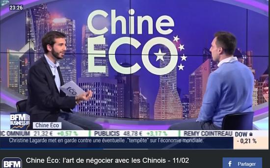 法国人佳伟(右一)在节目中和主持人侃侃而谈,大聊中国社交文化。(图源:视频截图)