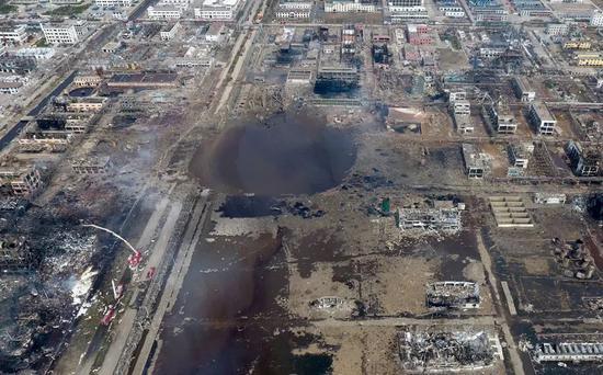 3月23日,江苏盐城市响水县,天嘉宜化工有限公司爆炸核心区明火已被扑灭,现场露出直径超过百米的大水坑。图/视觉中国