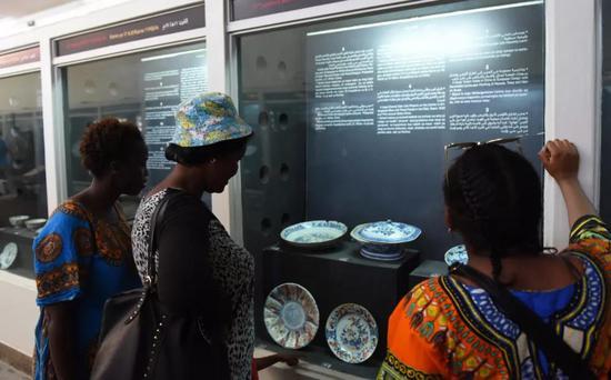 ↑2017年6月10日,游客在肯尼亚蒙巴萨的耶稣堡历史陈列馆内观看中国瓷器展品。新华社记者李百顺摄