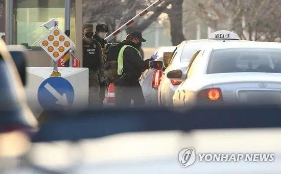 20日,大邱驻韩美军基地严查外部人员
