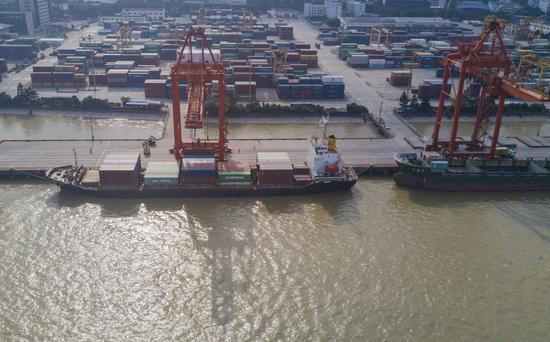 2021年6月3日,集装箱货轮停靠在中国(福建)自由贸易试验区福州青州集装箱码头(无人机照片)。新华社记者 宋为伟 摄