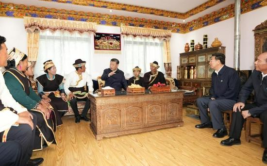 7月21日下午,习近平在林芝市巴宜区林芝镇嘎拉村,同村民达瓦坚参一家人围坐在客厅里聊家常。新华社记者 李学仁 摄