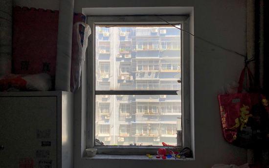 5号楼二单元二层半,原本封死的窗户疑似被砸开,窗框上可看到遮挡硬纸板的遗留。