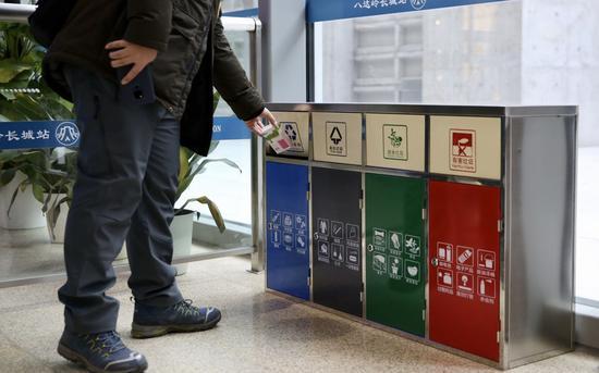 1月15日,京张高铁八达岭长城站,旅客去四类垃圾桶投入垃圾。摄影/新京报记者 郑新洽