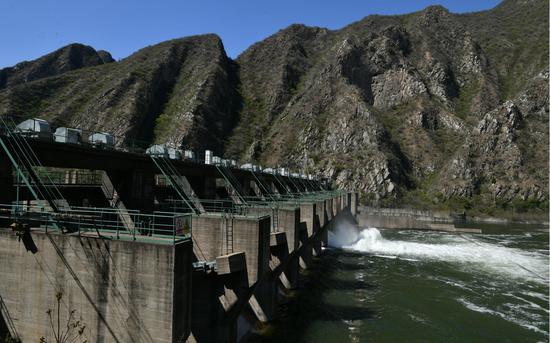永定河落坡岭水库,黄河水始末水闸流向下游。摄影/新京报记者 吴江