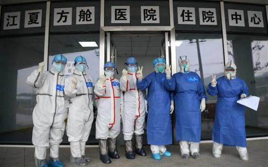 位于武汉市江夏区大花山户外运动中心的江夏方舱医院,是武汉首个以中医为主的方舱医院程敏/摄