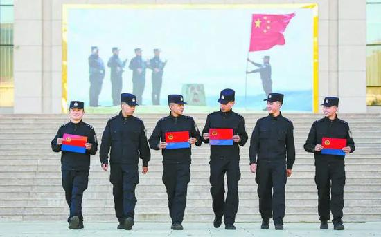 8月26日,西藏出入境边防检查总站民警第一时间将警旗印制出来。何宇桓摄