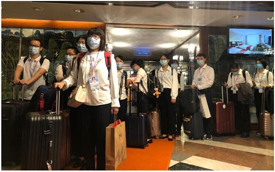 内地核酸检测支持队上午离港 香港市民夹道欢送