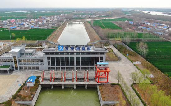 ↑位于山东枣庄的南水北调东线万年闸泵站(2021年3月18日摄,无人机照片)。