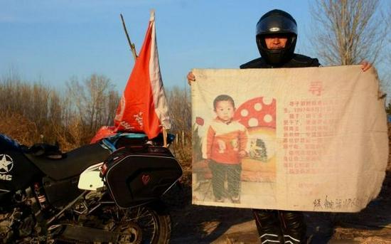 2017年1月3日中午,郭刚堂骑上摩托车从深圳出发,寻亲旗一路相伴,10多天的时间辗转回到老家聊城。 东方IC图