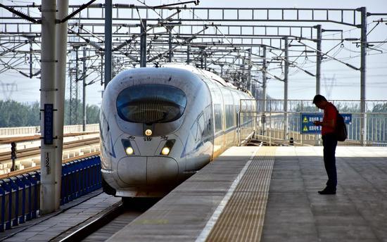 截至2017年底,全国拥有铁路机车2.1万台。其中动车组2935标准组、23480辆。摄影/章轲