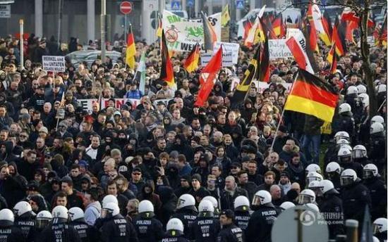 德国民众游行抗议,要求驱逐难民