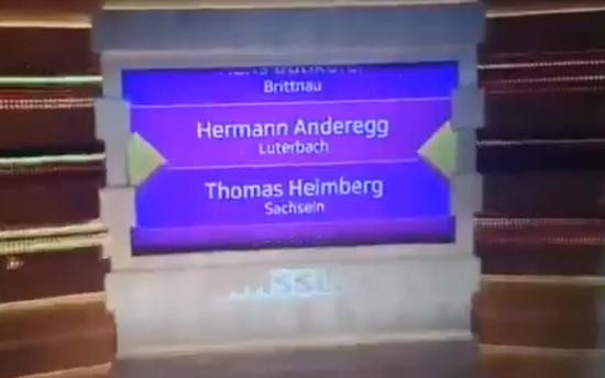 9名入围者的名字在屏幕上起伏着,其中异国安德雷亚斯。(图源:视频截图)