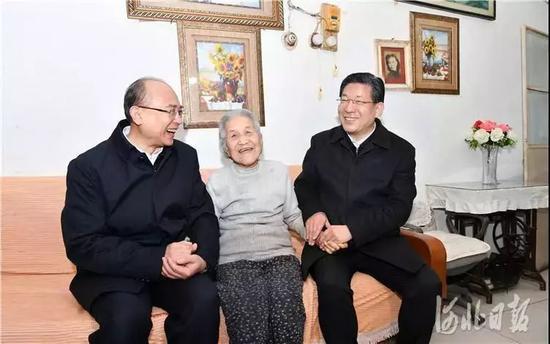 王东峰、许勤在棉三小区看望老人