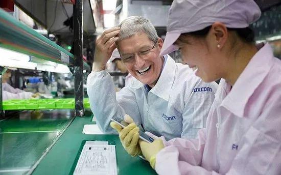 庫克與中國富士康工廠iPhone生產線女工(資料圖)