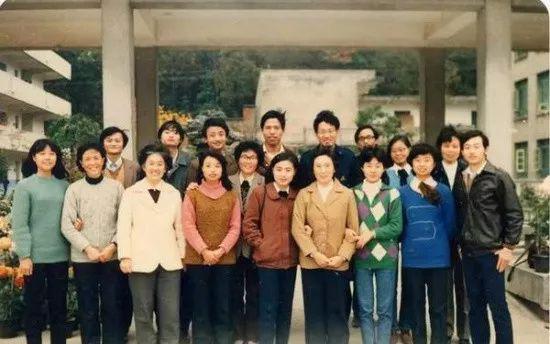 上学时的马云(后排左一)