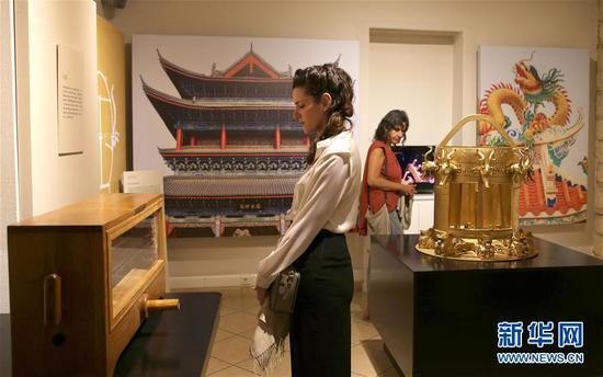 2017年9月21日,在希腊雅典,来宾在中国古代科技展上观看展品。 新华社发(马里奥斯·罗洛斯摄)