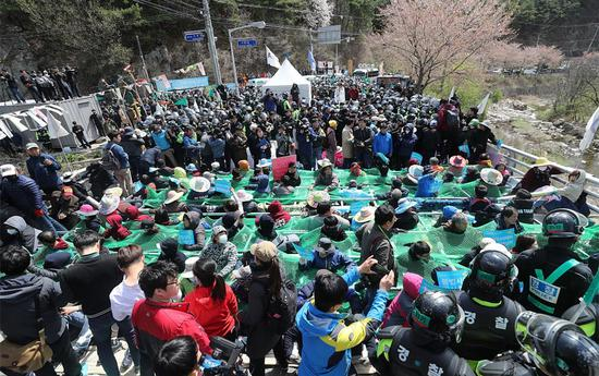 """12日,韩国军方强行进入""""萨德""""基地,警民发生冲突"""