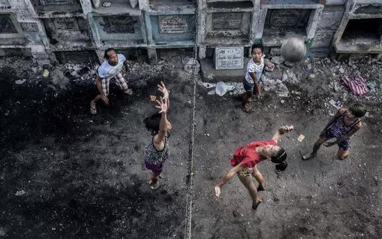 当地居民正在打排球。