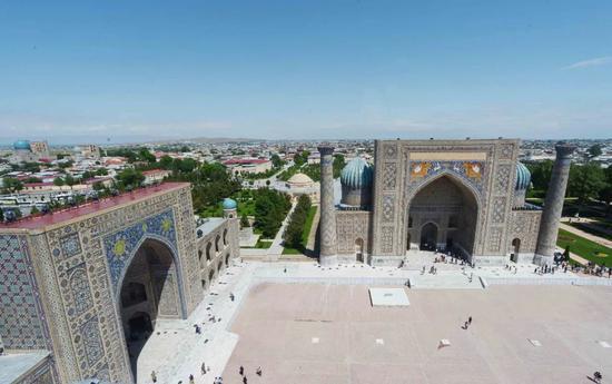 这是2017年5月拍摄的乌兹别克斯坦撒马尔罕市的列吉斯坦广场。新华社记者沙达提摄