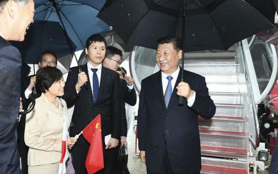 (图:6月27日,国家主席习近平乘专机抵达大阪。日本政府高级官员、大阪府知事等在舷梯旁迎接。)