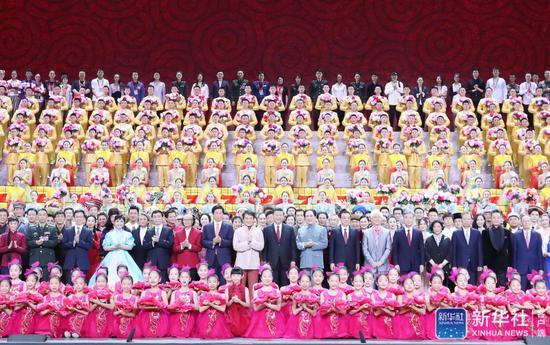 ↑9月29日,庆祝中华人民共和国成立70周年大型文艺晚会《奋斗吧 中华儿女》在北京人民大会堂举行。习近平、李克强、栗战书、汪洋、王沪宁、赵乐际、韩正、王岐山等党和国家领导人同4000多名观众一起观看演出。演出结束后,习近平等走上舞台同演职人员合影留念。新华社记者 王晔 摄