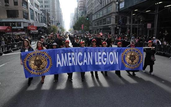 (美国退役军人协会参加在纽约举行的大游行活动,庆祝退役军人节)