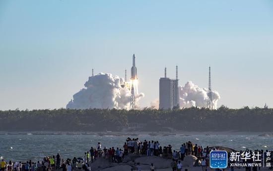 """↑5月5日,为我国载人空间站工程研制的长征五号B运载火箭在海南文昌首飞成功,正式拉开我国载人航天工程""""第三步""""任务的序幕。新华社记者 郭程 摄"""