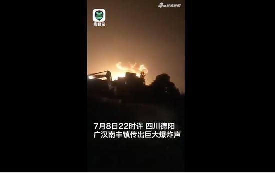 科普灭火现场意外翻车 消防员秒变冷漠灭火机器