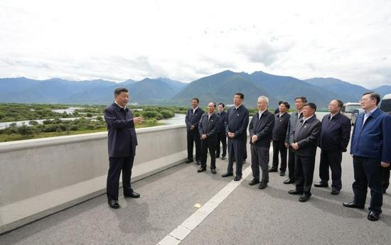 7月21日上午,习近平在林芝尼洋河大桥考察雅尼湿地。新华社记者 李学仁 摄