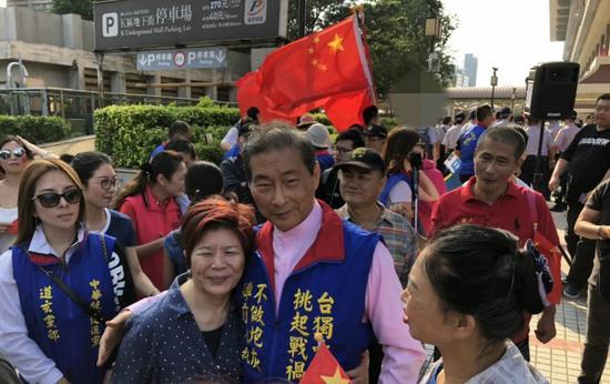 统促党总裁张安乐与支持者合照。(图:台媒)