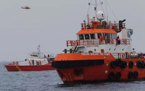▲2018年10月30日,印度尼西亚丹戎卡拉旺附近海域,国家搜救中心人员正在对狮航坠毁飞机的遇难者实走声援走动 图据美联社