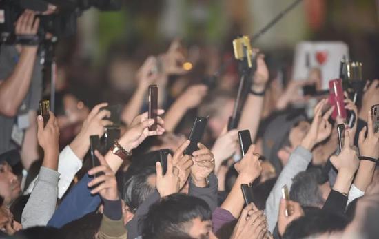 2月27日,在越南河内,当地民众和媒体在索菲特酒店外拍摄两人车队抵达。新华社发(王申摄)