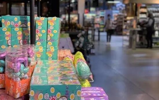 当地时间3月11日,南非约翰内斯堡一超市的显要位置摆放着复活节相关食品图:中新社