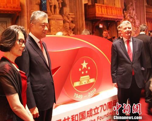 9月9日晚,中国驻英国大使馆在伦敦金融城市政厅隆重举行庆祝新中国成立70周年招待会。图为中国驻英国大使刘晓明(左2)、英国外交部总司长理查德·摩尔(右1)在招待会标识牌前留影。张平 摄