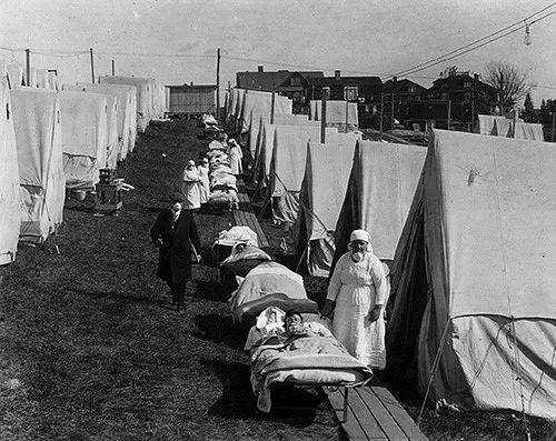 1918年10月,西班牙流感大通走期间,美国马萨诸塞州布鲁克林搭建的帐篷急诊医院挤满病人。