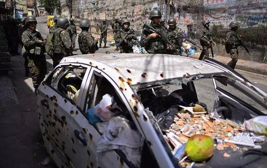 ▲巴西军队在Jacarezinho贫民窟巡逻  图据AFP via Getty Image