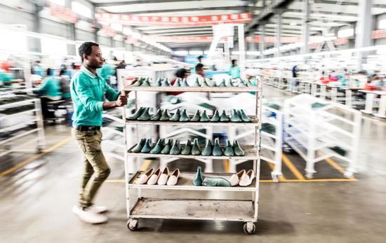 2018年12月7日,在埃塞俄比亚首都亚的斯亚贝巴郊外的东方工业园,当地员工在中国投资的女鞋工厂工作。新华社记者 张宇 摄