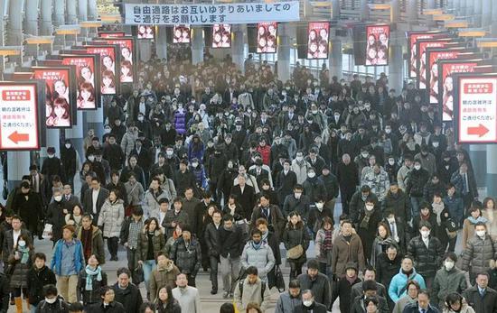 资料图片:日本东京市中心的上班族(新华社/欧新)