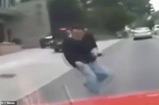 撞向汽车的人