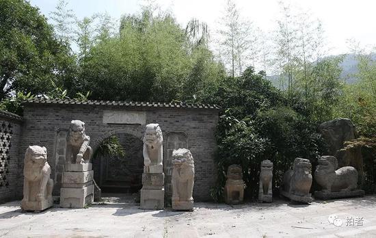 """▲""""陈路别墅"""",穿过正门,是一个仿古式影壁,影壁两侧摆着两米高的石狮。"""