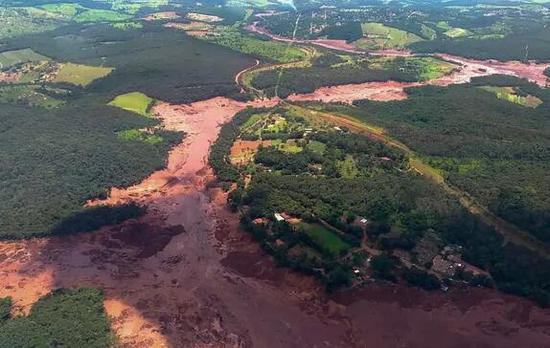 巴西一大坝垮塌引发泥石流,至少50死超200人失踪。(图源:法新社)